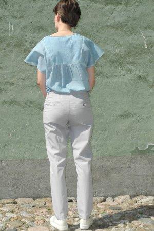 chinos dam grå modell bakifrån