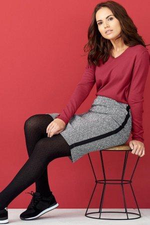 kjol fiskbenmönster grå modell sittande