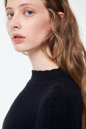 klänning keoni grid svart modell närbild