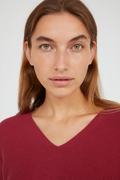 tröja stickad faarina rosenröd modell närbild