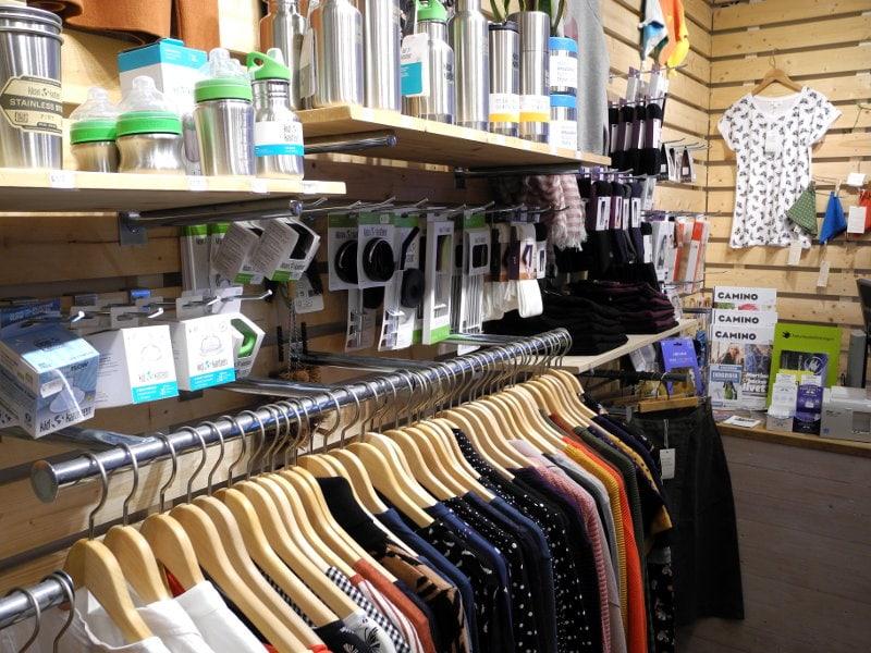 LotusEco showroom närbild ekologiska kläder och giftfri matförvaring