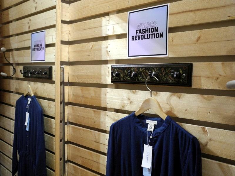LotusEco showroom provrum - Fashion Revolution med ekologisk klänning från danska Serendipity