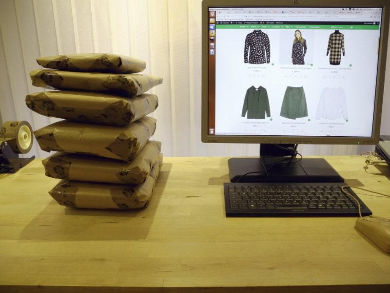 LotusEco webbutik - paket med ekologiska kläder packas