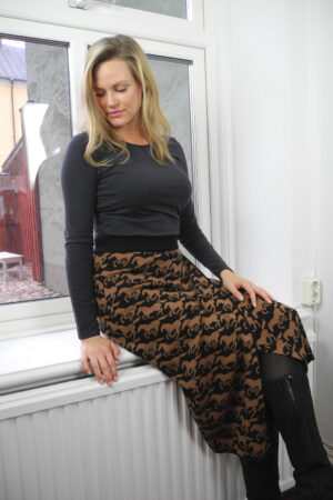 kjol stickad omlott svaava wild horses modell sittande