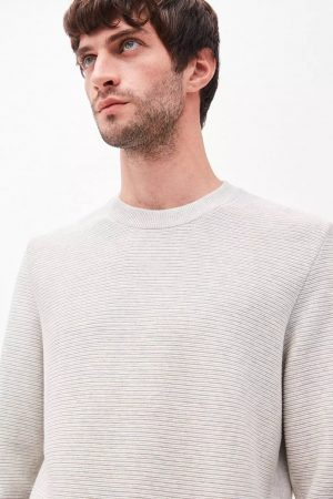 tröja stickad ecrumelerad modell detalj