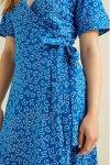 klänning omlott RIA blå modell närbild