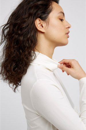 tröja polo laila vit modell närbild