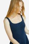 klänningmidib tyra marinblå modell närbild