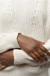 tröja stickad seema cremevit modell närbild