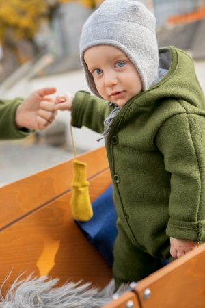 overall filtad ull baby mörkgrön modell närbild