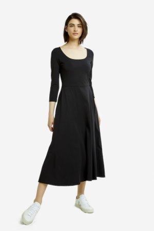 klänning midi valencia svart modell helbild sneakers