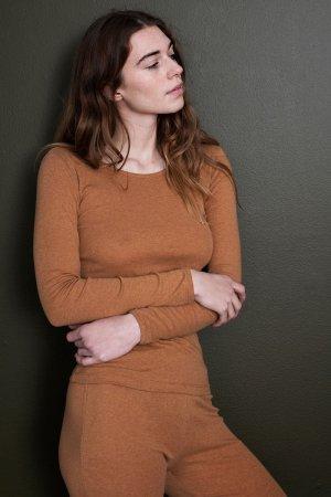 topp slimfit långärmad brun modell korsade armar