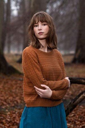 tröja strukturstickad rostbrun modell korsade armar